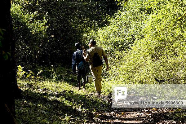 Trekking durch den Wald  Thekkady  Kerala  Indien  Asien