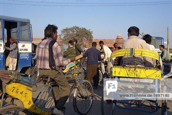 Rikschas in Verkehr  Delhi  Indien  Asien