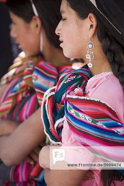 Zwei Mädchen in farbige Tücher  Sucre  Bolivien  Südamerika