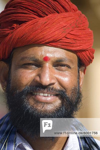 Ein indischer Mann in einem traditionellen Turban  Jaipur  Rajasthan  Indien  Asien