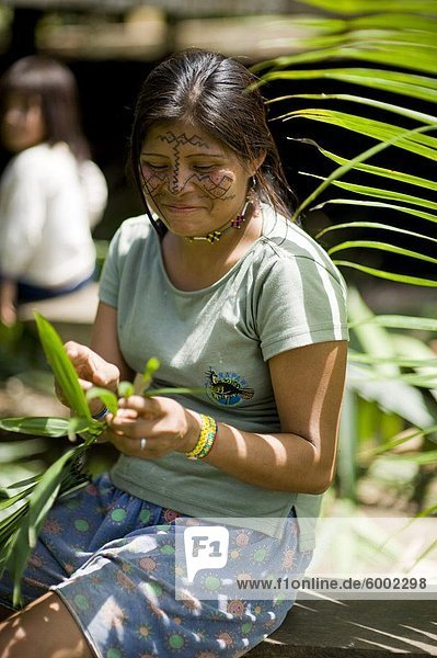 Frau Produktion Ecuador Dachdecken Südamerika