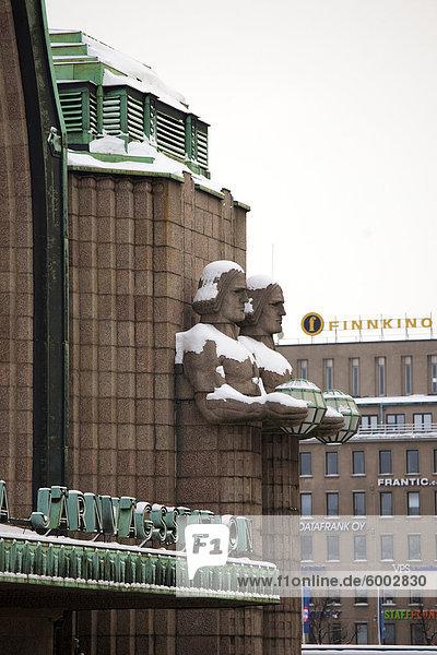 Granit-Statuen halten Lampen außerhalb der Central Railway Station  Helsinki  Finnland  Skandinavien  Europa