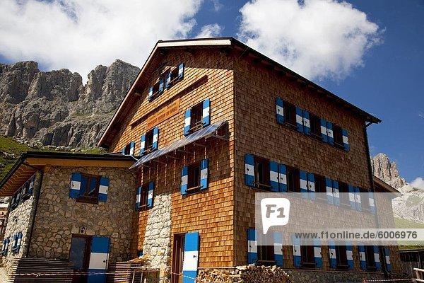 Das Rifugio Roda di Vael,  auf dem Sattel des Ciampaz,  auf einem hohen 2283 Meter und in der Mitte der Rosengarten,  Dolomiten,  Bozen Provinz,  Südtirol,  Italien,  Europa