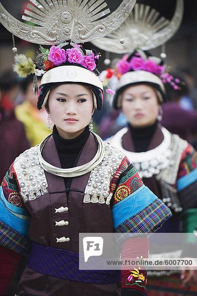 Frauen in ethnischen Kostüm bei einem Lunar New Year Festival in der Miao Dorf Qingman  Provinz Guizhou  China  Asien