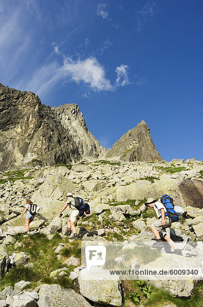 Wanderer auf Trail  hohen Tatra (Vyoske Tatry)  Tatra-Nationalpark  Slowakei  Europa