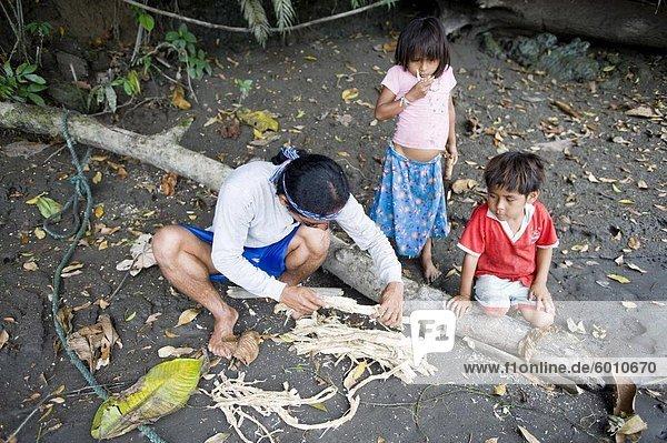 Vorbereitung den Barbasco Stamm gehen Angeln  Amazonas  Ecuador  Südamerika