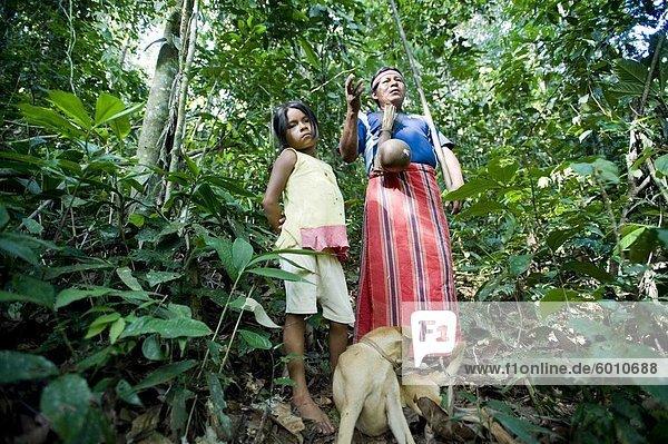 Ein Mann der Achuar veranschaulicht  wie ein Blasrohr  Amazonas  Ecuador  Südamerika