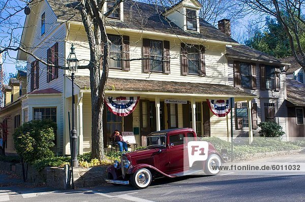Vereinigte Staaten von Amerika USA Wohnhaus frontal parken Nordamerika Neuengland Oldtimer Chester Connecticut alt