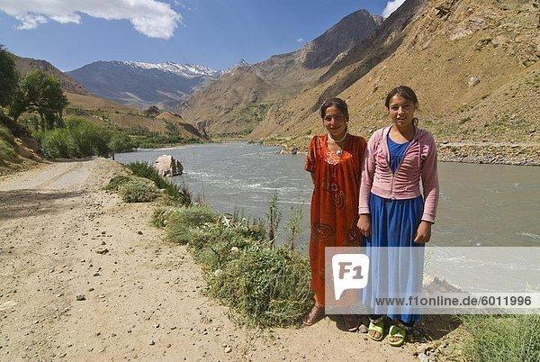 Lächelnd posiert am Fluss  Wakhan-Valley  der Pamir  Tadschikistan  Zentralasien  Asien