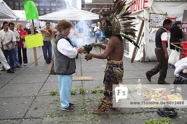 Aztekisches folk Heiler  Schamanen praktizieren  spirituelle Reinigung  Zocalo  Plaza De La Constitucion  Mexiko-Stadt  Mexiko  Nordamerika