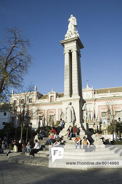 Unterbezirk barocke und Statue feiert das Überleben der großen Eathquake von 1755  Plaza del Triunfo  Santa Cruz  Sevilla  Andalusien  Spanien  Europa
