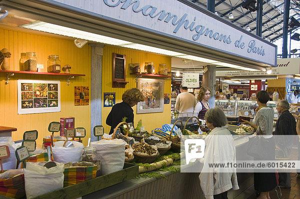 Pilz Stand auf dem überdachten Markt  Niort  Deux-Sevres  Poitou-Charentes  Frankreich  Europa