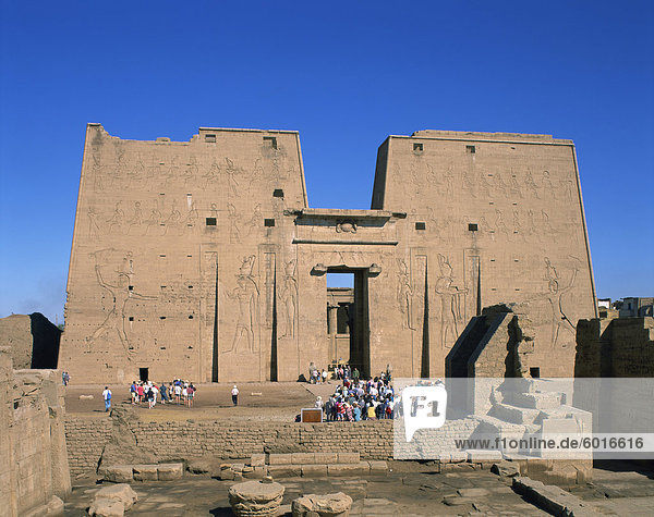 Crowds of tourists in front of the entrance pylon of the temple at Edfu  Egypt  North Africa  Africa