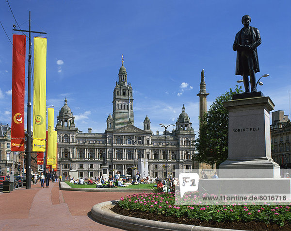 Glasgow Town Hall and monument to Robert Peel  George Square  Glasgow  Strathclyde  Scotland  United Kingdom  Europe