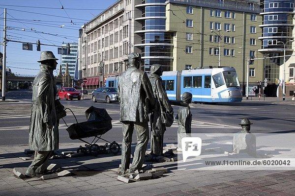 Gedenkstätte Statuen und Straßenbahn  Old Town  Wroclaw  Polen  Europa