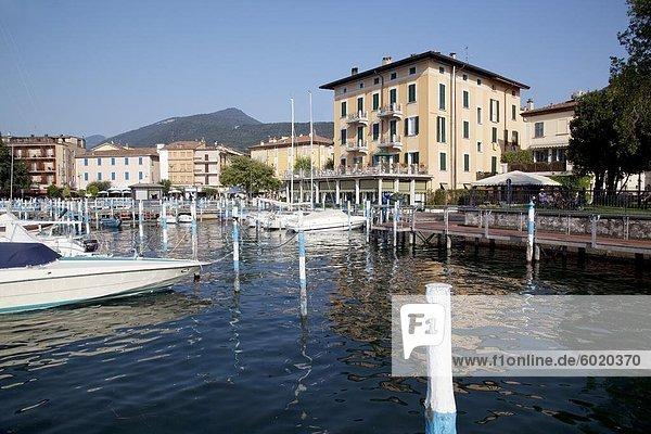 Hafen und Boote  Iseo  Lago d ' Iseo  Lombardei  italienische Seen  Italien  Europa