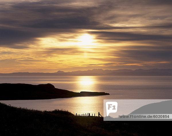 Sonnenuntergang über Sleat Halbinsel und Loch Eishort  in der Nähe von Ord  mit Cuillin Hills in Distanz  Isle Of Skye  Innere Hebriden  Schottland  Großbritannien  Europa
