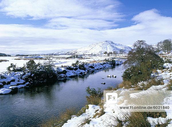 Das Glenmore Fluß in Galltair  mit Schnee auf den Boden und die Berge von Skye Region später Winter  Glenelg  Highland  Schottland  Vereinigtes Königreich  Europa