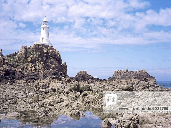 Leuchtturm aus dem Damm bei Ebbe  Corbiere  St. Brelade  Jersey  Kanalinseln  Großbritannien  Europa