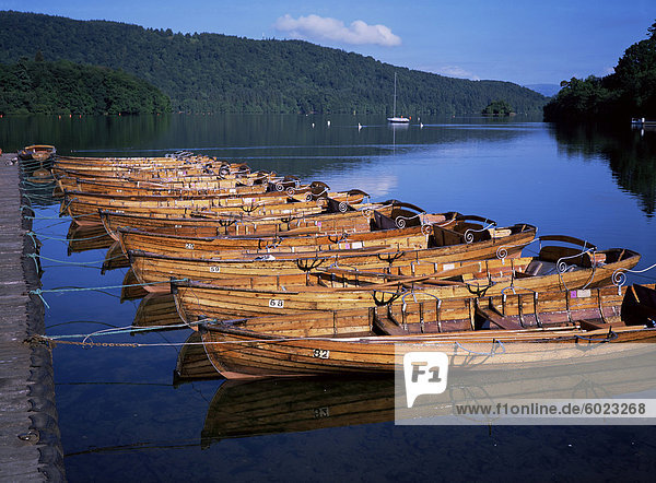 Ruderboote am See  Bowness-on-Windermere  Lake District  Cumbria  England  Vereinigtes Königreich  Europa