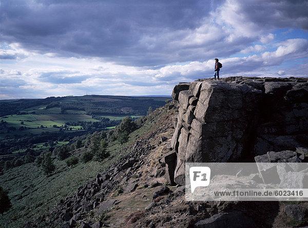 Walker auf hohen Felsen  Froggatt Edge  Derbyshire  England  Vereinigtes Königreich  Europa
