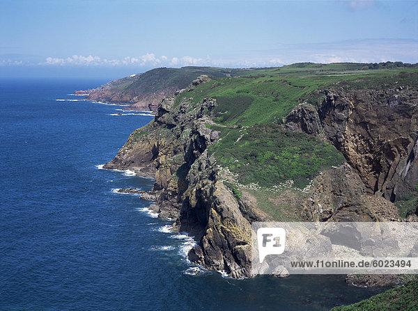Klippen  Blick nach Osten vom in der Nähe von Crabbe North Coast St. Marien  Jersey  Kanalinseln  Großbritannien  Europa