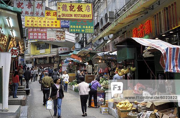 Marktbereich  Geschäfte und Zeichen in einer Straße in Soho  Hong Kong  China  Asien