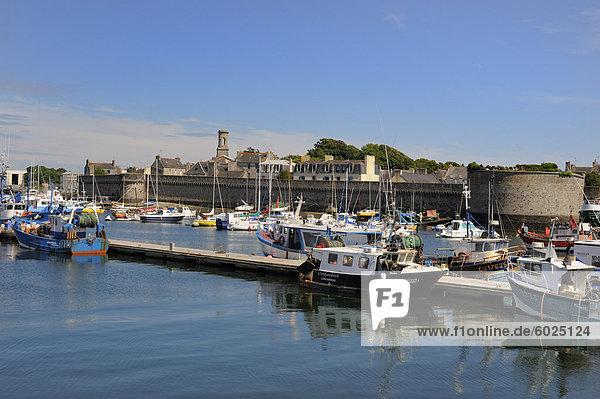 Alte Mauern umgebene Stadt gesehen aus dem Fischerhafen  Concarneau  Finistere  Bretagne  Frankreich  Europa