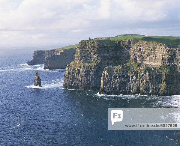 O'Brians Turm und Breanan Mor Seastack suchen von Hag der Kopf  die Cliffs of Moher  bis zu 230 m hoch  County Clare  Munster  Irland (Eire)  Europa