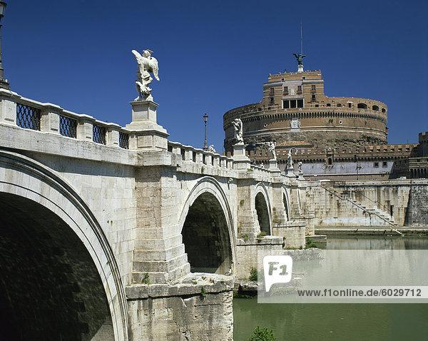 Ponte S. Angelo über den Fluss Tevere und die Burg in der Stadt Rom  Lazio  Italien  Europa