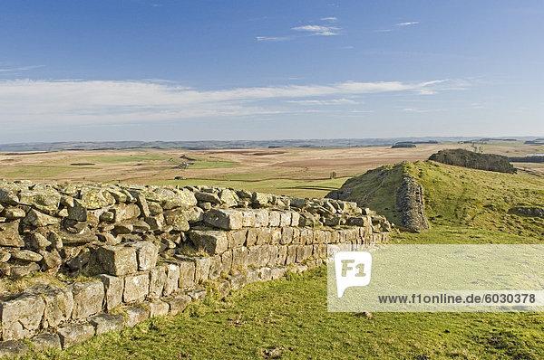 Blick von Osten aus Sewingshields Crag  Hadrianswall  UNESCO Weltkulturerbe  Northumbria  England  Vereinigtes Königreich  Europa