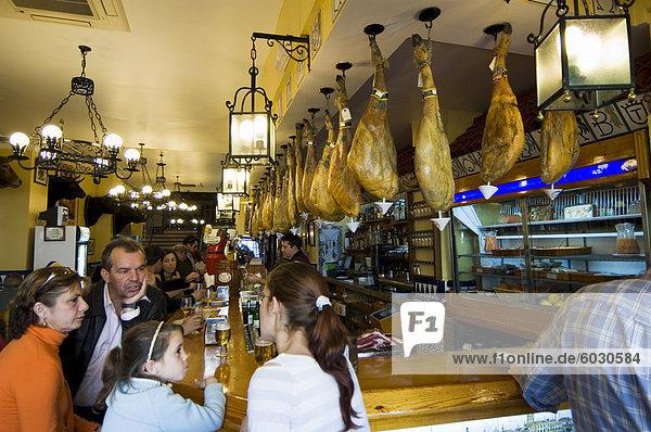 Tapas-Bar und Restaurant in der Gegend von El Arenal in der Nähe der Stierkampfarena  Sevilla  Andalusien  Spanien  Europa
