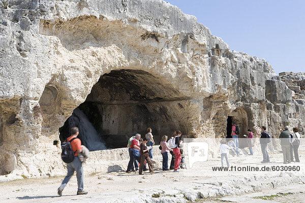 Höhlen  das griechische Theater  Syrakus  Sizilien  Italien  Europa