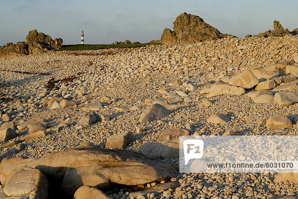 Felsigen Strand und Leuchtturm  Insel Ouessant (Ile Ouessant)  Bretagne  Frankreich  Europa