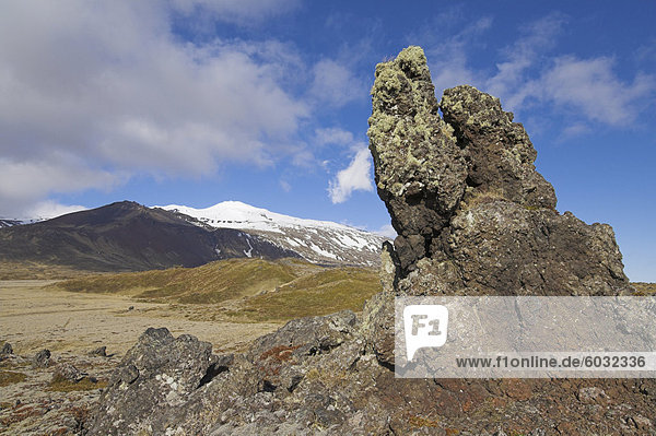 Lava Betten umgeben Snaefellsjökull  ein aktiver Strato Vulkan begrenzt in Schnee und Eis  auf der Halbinsel Snaefellsnes  Nord-West Bereich  Island  Polarregionen