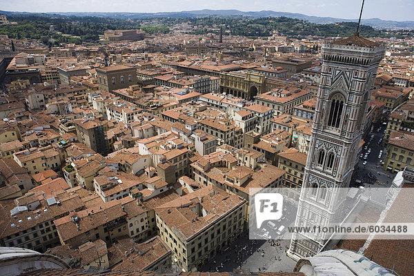 Campanile und die Stadt von der Spitze des Duomo  Florenz  UNESCO World Heritage Site  Toskana  Italien  Europa