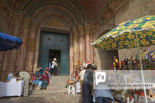 Würgen Sie Verkauf von katholischen Paraphenalia am Eingang der neuen Catedral De La Inmaculada Concepcion in1885  Cuenca  Provinz Azuay  Southern Highlands  Ecuador  Südamerika baute ab