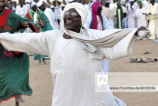 Derwische  Tänzerin in Trance in Sufi Zeremonie  Omdurman  Sudan  Afrika