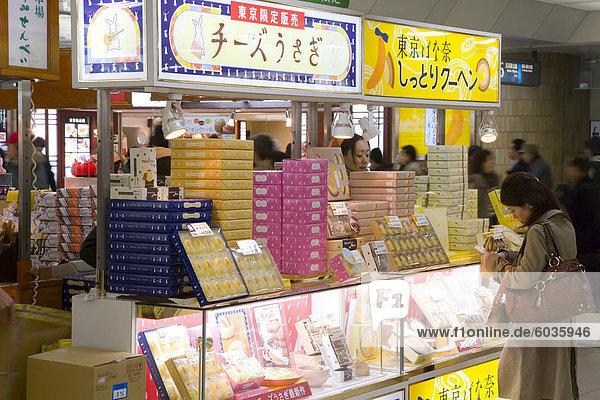 Geschäft in Tokio Hauptbahnhof Station  Tokio  Honshu  Japan  Asien