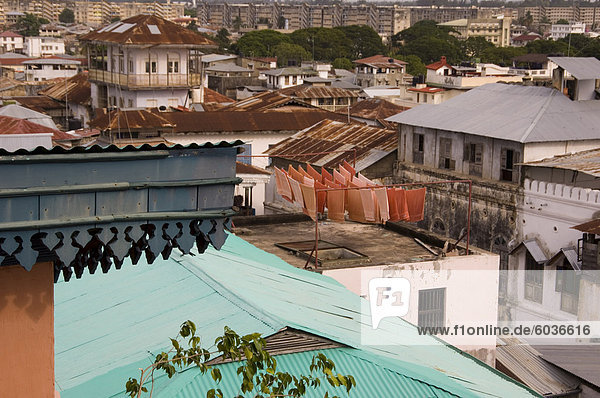 Eine Ansicht von Stone Town Dächer mit Handtüchern Trocknen auf einem Dach  Stone Town  UNESCO Weltkulturerbe  Sansibar  Tansania  Ostafrika  Afrika