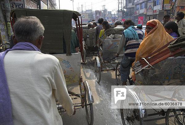 Rikscha-Verkehrs auf die belebte Straße  Varanasi  Uttar Pradesh state  Indien  Asien