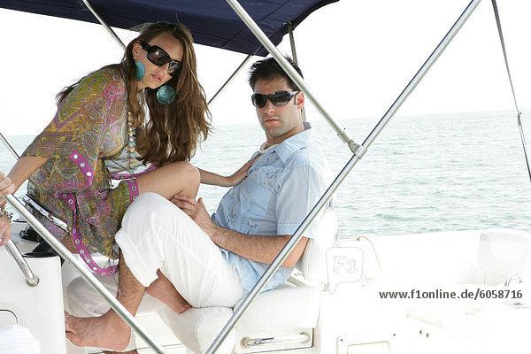 Stilvolle junges Paar on Boot.