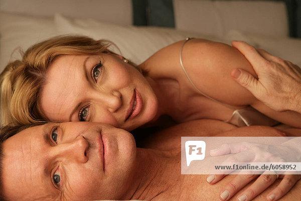 Im Bett lächelnd reifes Paar