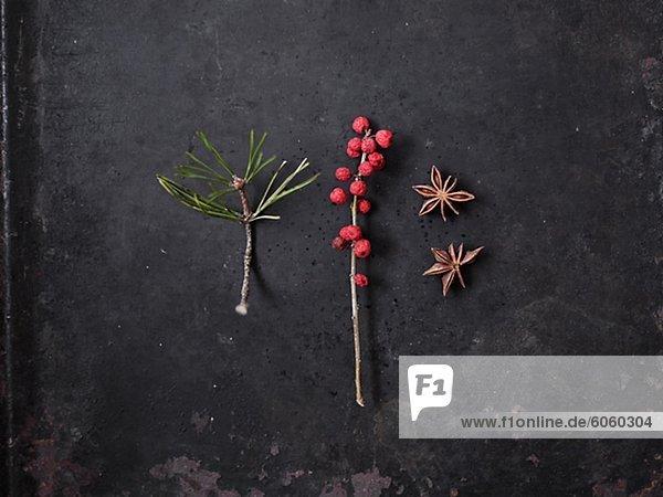 Stillleben mit Weihnachtsdekoration auf schwarzem Hintergrund