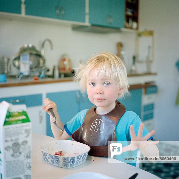 Porträt eines jungen Essen Frühstück Porträt eines jungen Essen Frühstück