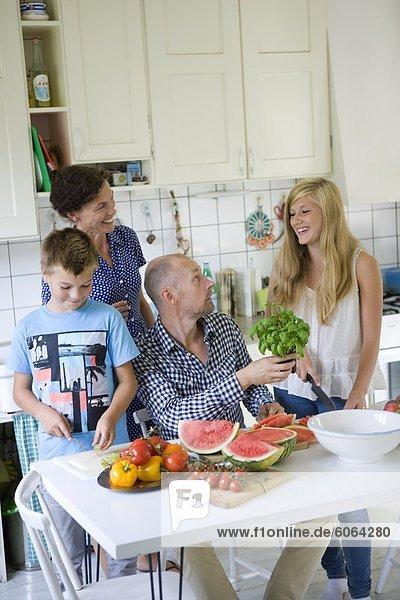 Familie  die Zubereitung von Speisen in der Küche