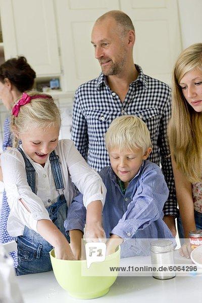 Familie  die Zubereitung von Speisen in der Küche Familie, die Zubereitung von Speisen in der Küche