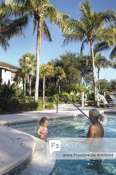 Entspannung Enkeltochter Großmutter Schwimmbad