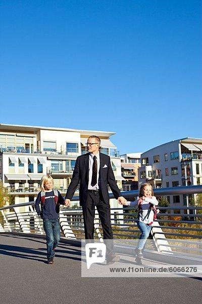 Vater und Kinder Wandern am Steg