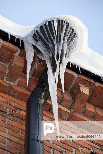 Eiszapfen an der Dachrinne